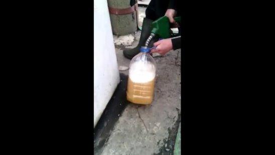 Понятно почему запрещают заливать бензин в пластиковую и стеклянную тару