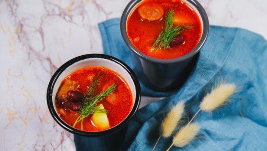 Суп с фасолью и охотничьими колбасками от Woman.ru