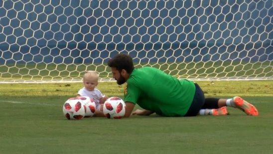 Бразильские футболисты на тренировке со своими детьми