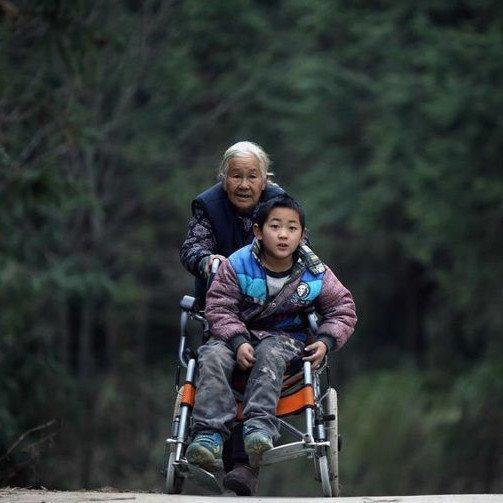 Мальчика парализовало с детства, но его бабушка творит чудеса и не собирается останавливаться