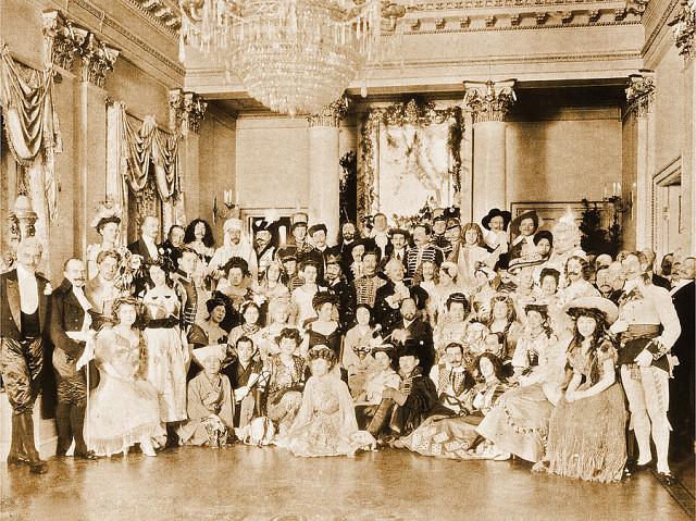 Фото тюменских купцов и их семей на каком-то празднике