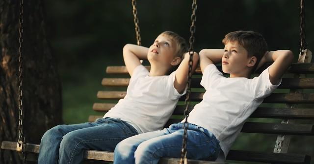 Два мальчика примерно лет восьми, беседовали сидя на качеле.... |  Интересный контент в группе Как прекрасен этот мир!