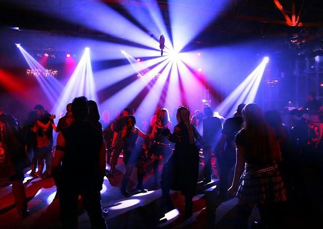 Ночной клуб для 16 летних караоке клубы москвы с кабинками цены