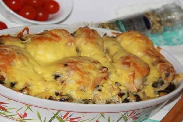 курица под картофелем с грибами
