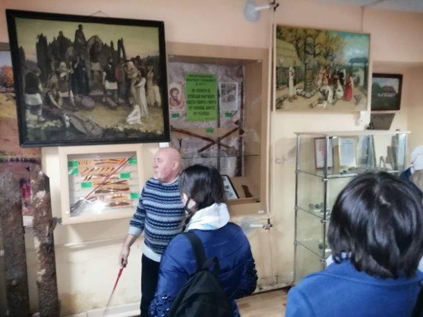 Очередная экскурсионная группа в музее
