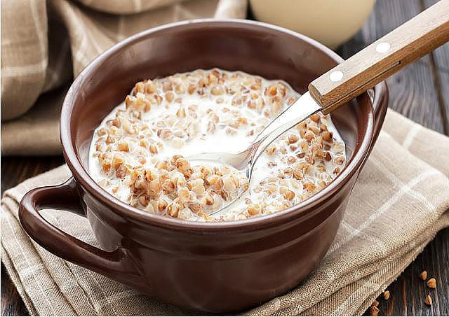 Сырая гречка с кефиром по утрам натощак – это действительно удивительный  рецепт здоровья, который творит чудеса и очень полезен для очищения всего  вашего организма, что очень важно для похудения, для поджелудочной, печении