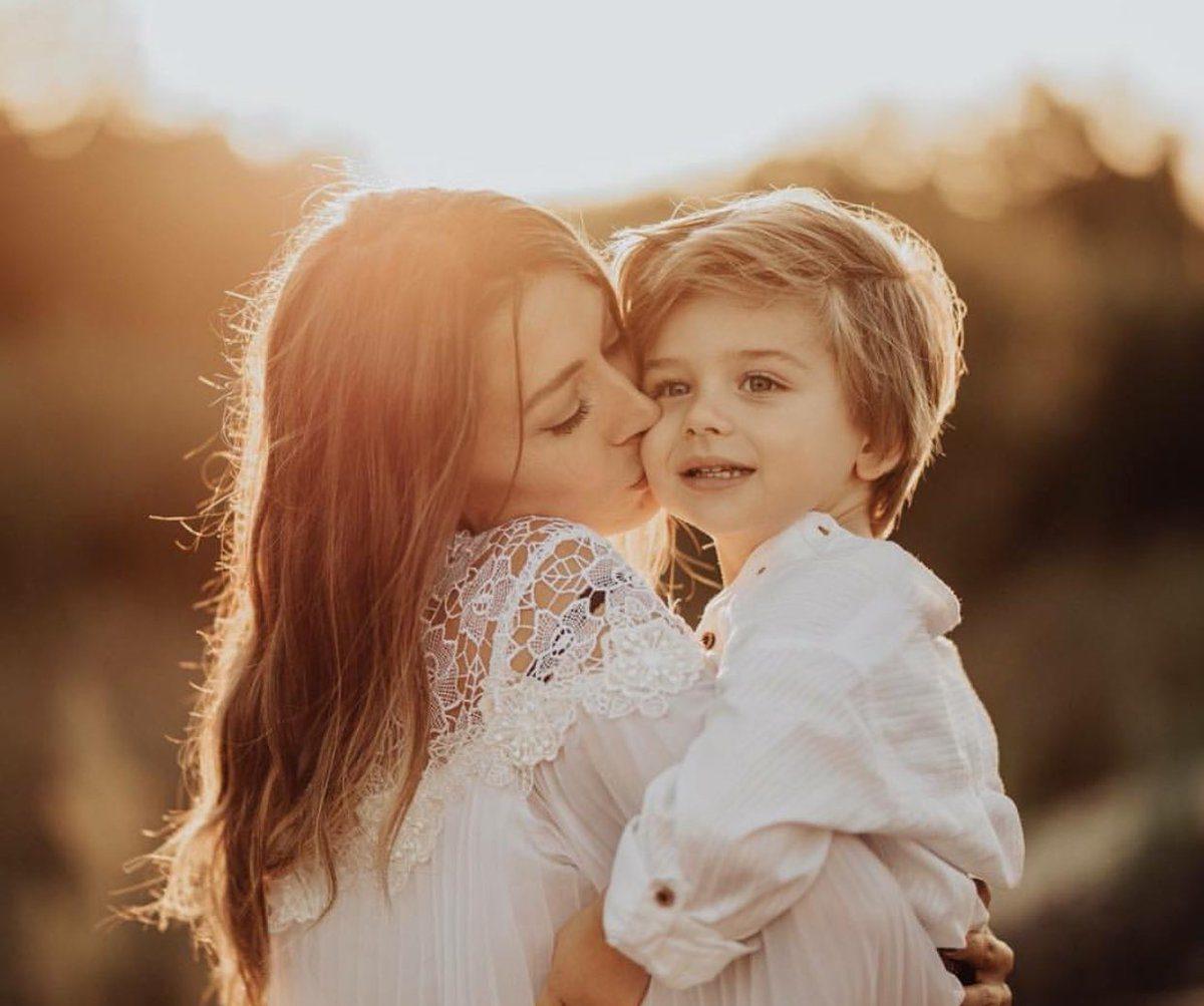 Картинка обнимает маму