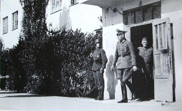 Командир 16-й моторизованной дивизии генерал Зигфрид Хейнрице выходит из ЦИКа (ныне КГУ)