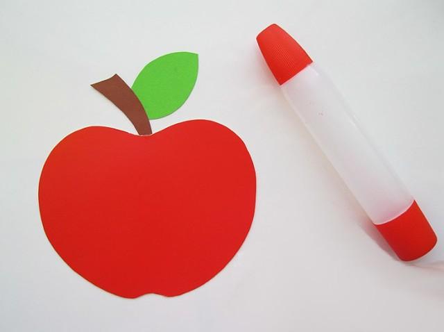Яблоко из цветной бумаги на листе