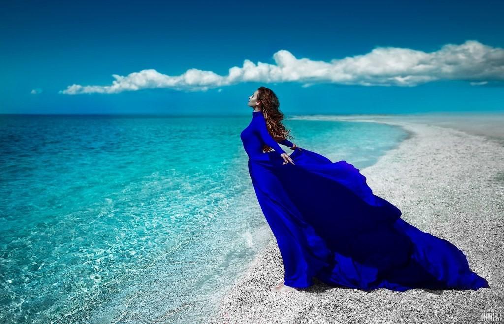 Картинки на берегу в синем платье