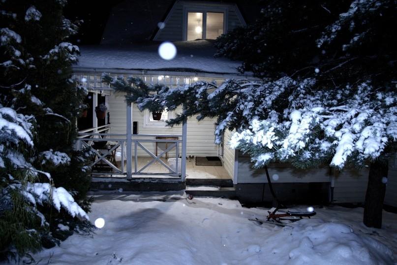 идея фотосессия зимой во дворе загородного дома снимается кино играет