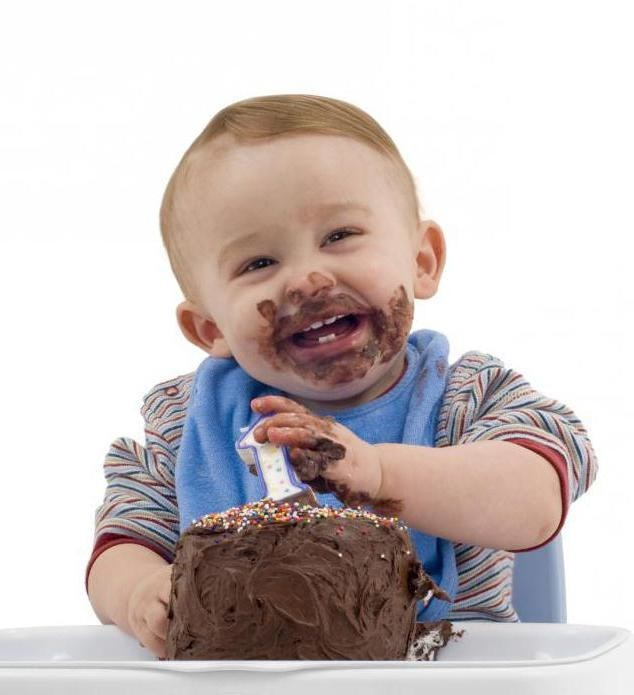Ребенок ест торт картинки
