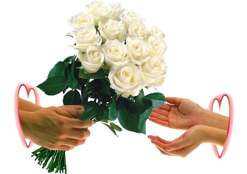 Днем рождения, открытка в руках цветы