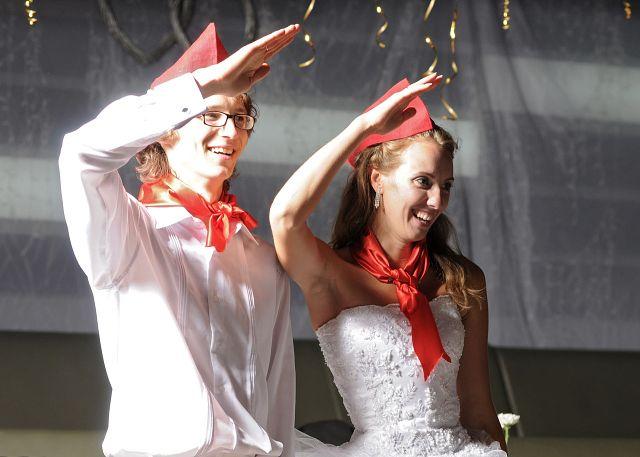 Невеста дает всем свою пилотку на свадьбе фото 703-269