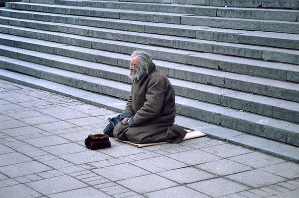 Однажды слепой человек сидел на ступеньках одного здания со шляпой фото 274-764