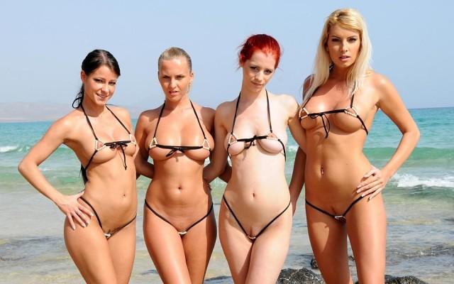 в экстремальном бикини на пляже