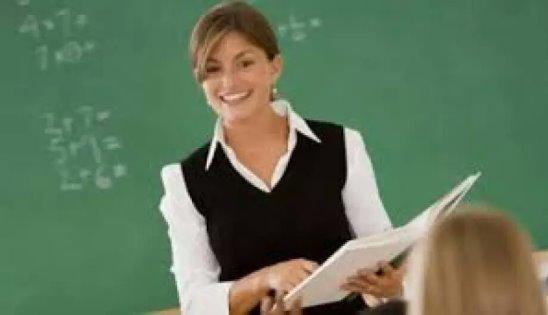 Молодая учительница пришла к ученику фото 374-488