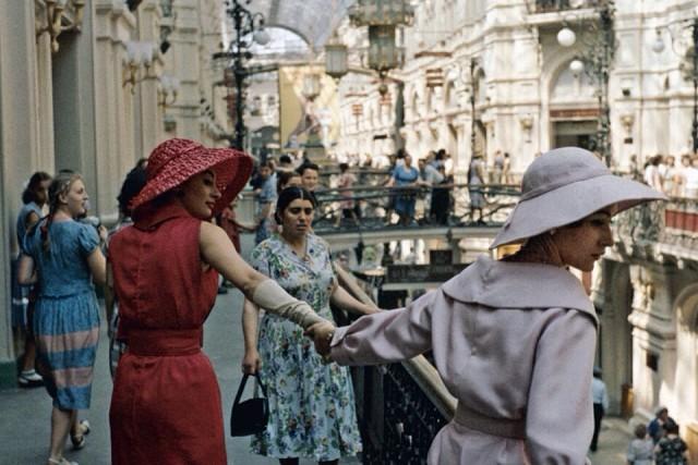 16e1d42943fc ... приехал весьма узнаваемый Dior, однако это была первая коллекция  Сен-Лорана как нового главы дома, линия «Трапеция», действительно последний  писк моды, ...
