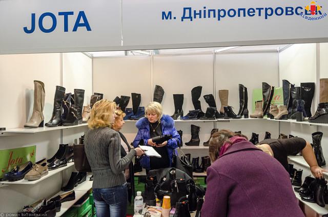 У рамках виставки виробники з України та з-за кордону представляють  колекції взуття