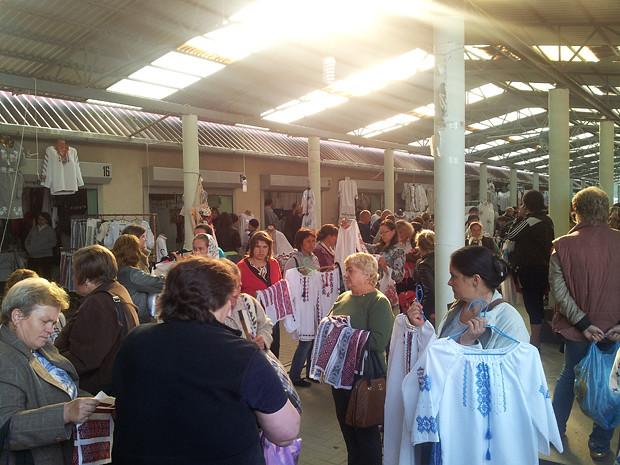 Найбільший нічний базар вишиванок в Україні! На Коломийський вишиванковий  ринок приїжджають люди з цілої України. Крім того 1c8765371d00d