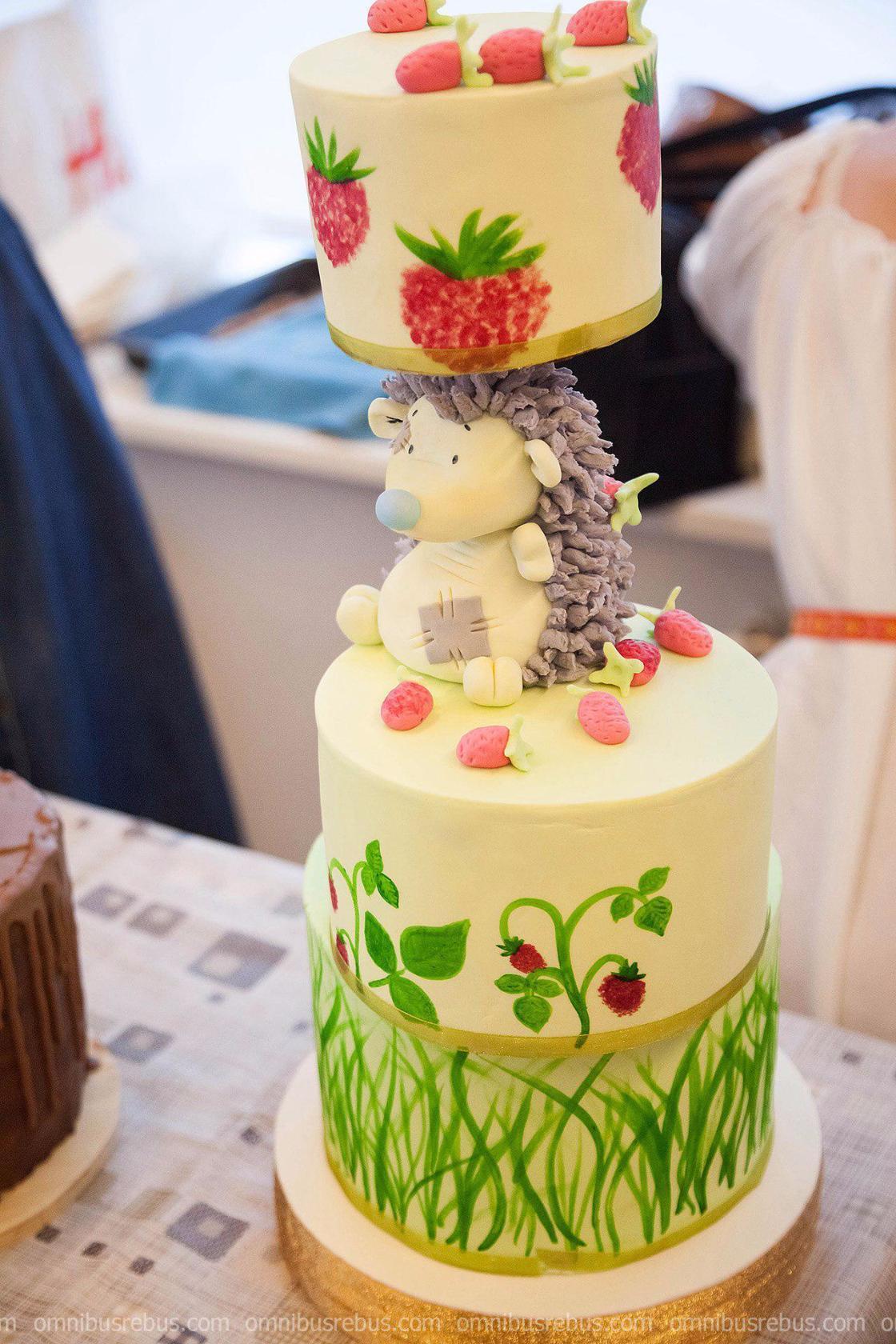 Шоу торты ручной работы на заказ в Кяхте  Также мы изготавливаем кап кейки кейк попсы печенье с оформлением Стоимость цена торта за кг зависит от сложности оформления начинок бисквита