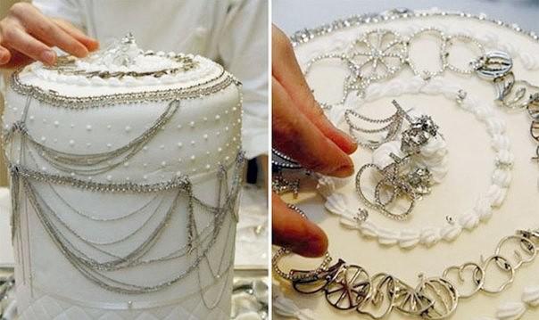 30409fe8c2de ... создан в Японии. Он украшен белой глазурью и задрапирован платиновыми  украшениями, в том числе цепями, ожерельями, подвесками, заколками.