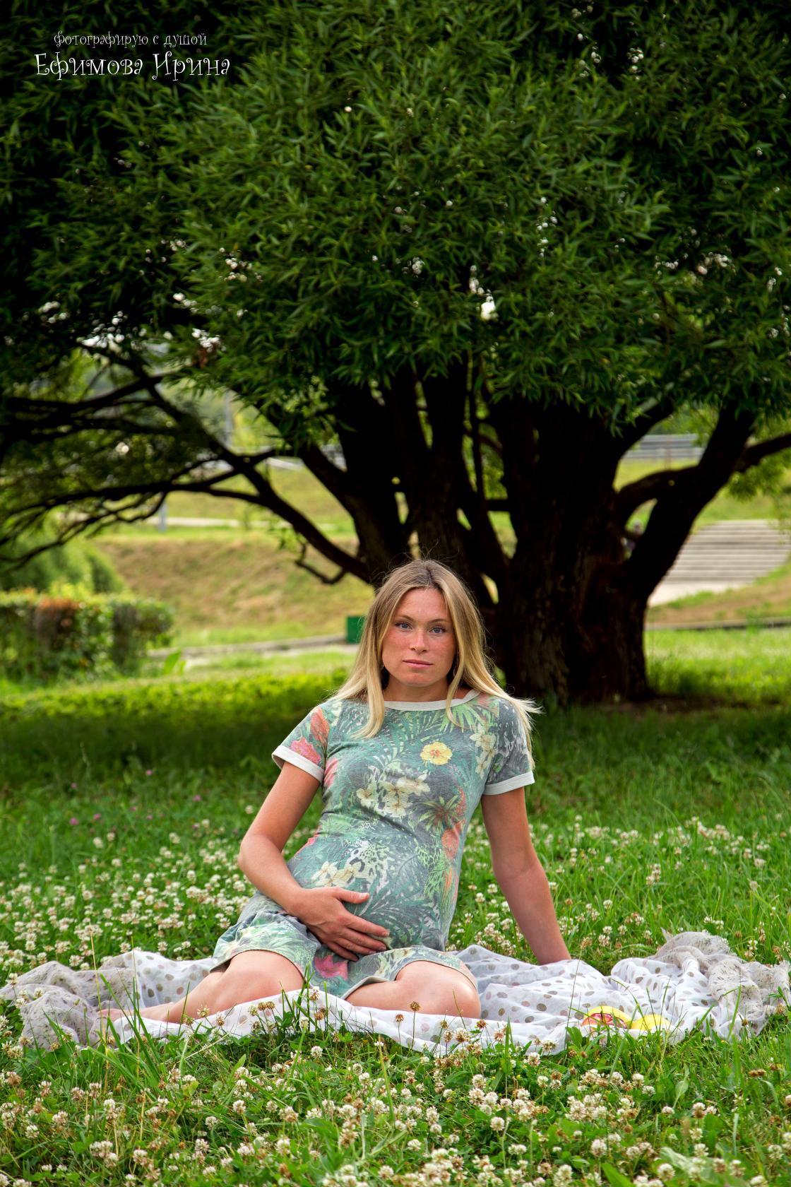 Моя красавица юля, фото девушка блондинка на диване дома сует пальчик в попу