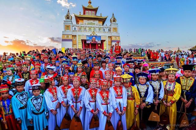 Para pemain dombra. Ini bukan di Tibet atau bagian lain di Tiongkok, tetapi di Rusia.