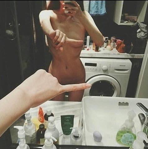 Сфотала себя в зеркале прекрыв рукой грудь фото 85-594