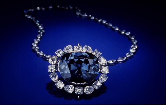 Стянула колье со своим знаменитым бриллиантом в укромное место, не решаясь  надеть. Ах, зачем она только купила этот ужасный камень  865d1561d6c