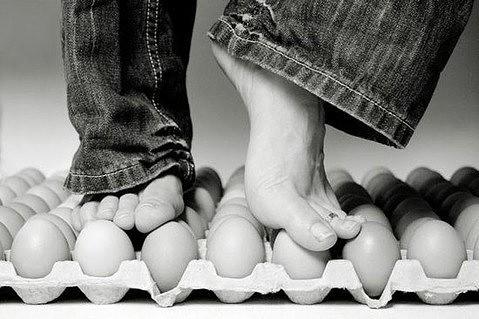 негру сжимают яйца