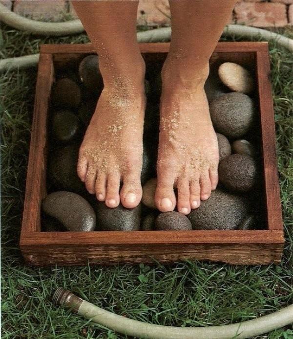 Картинки по запросу Водостойкая рама, наполненная гладкими камнями, — идеальная конструкция для ополаскивания ног