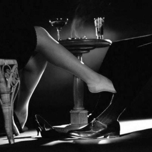качает ступней под столом плевать
