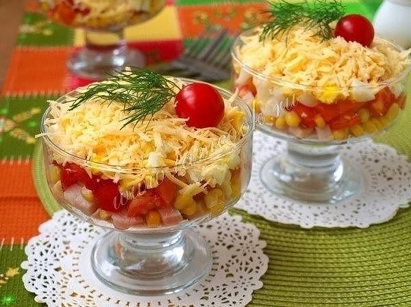 Салат-коктейль с ветчиной, сыром и перцем на праздник.