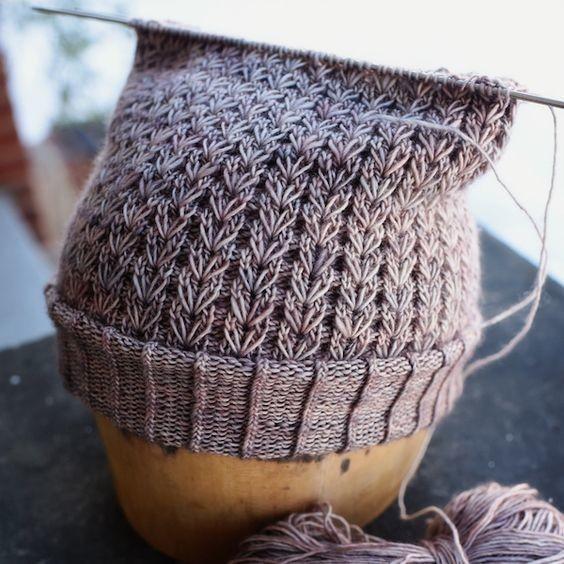 шапочка узором колоски из вытянутых петель