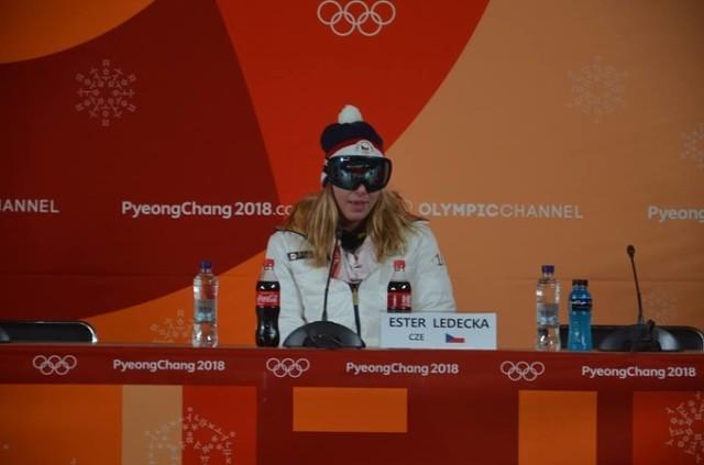 27f846b0163 Чешская горнолыжница Эстер Ледецкая появилась на пресс-конференции после  финального заезда в очках для сноуборда