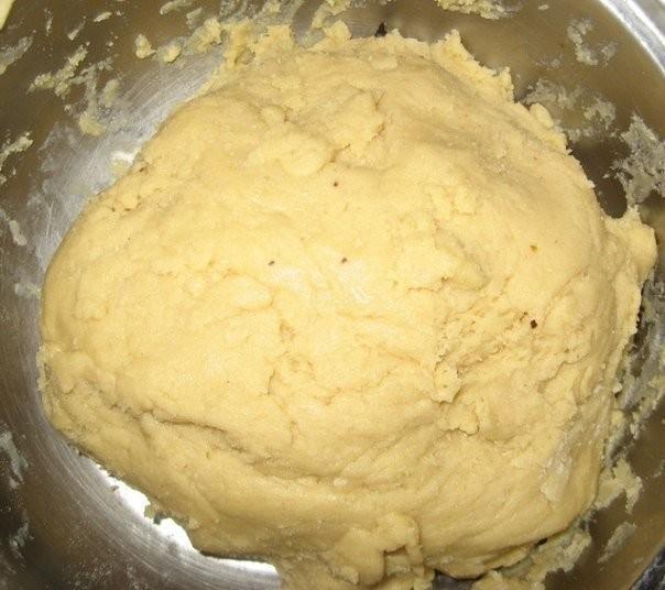 Раскатайте тесто в пласт толщиной примерно 3 мм.