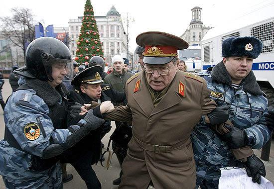 Многим знакома эта фотография, на которой ОМОН ''героически побеждает''  ветеранов СА и ВМФ СССР вышедших на митинг в Москве. | OK.RU