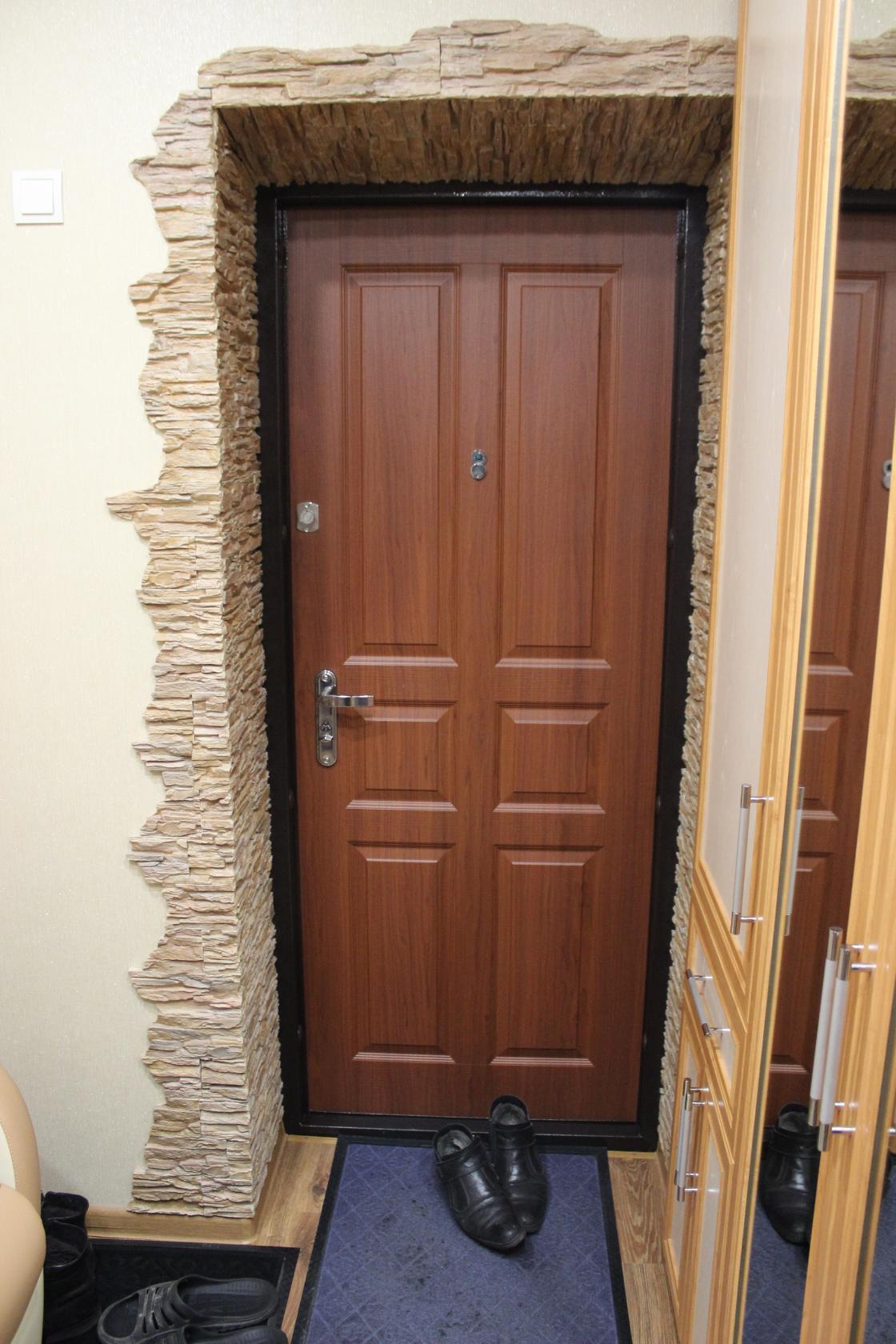 Отделка откосов входной двери камнем изнутри фото