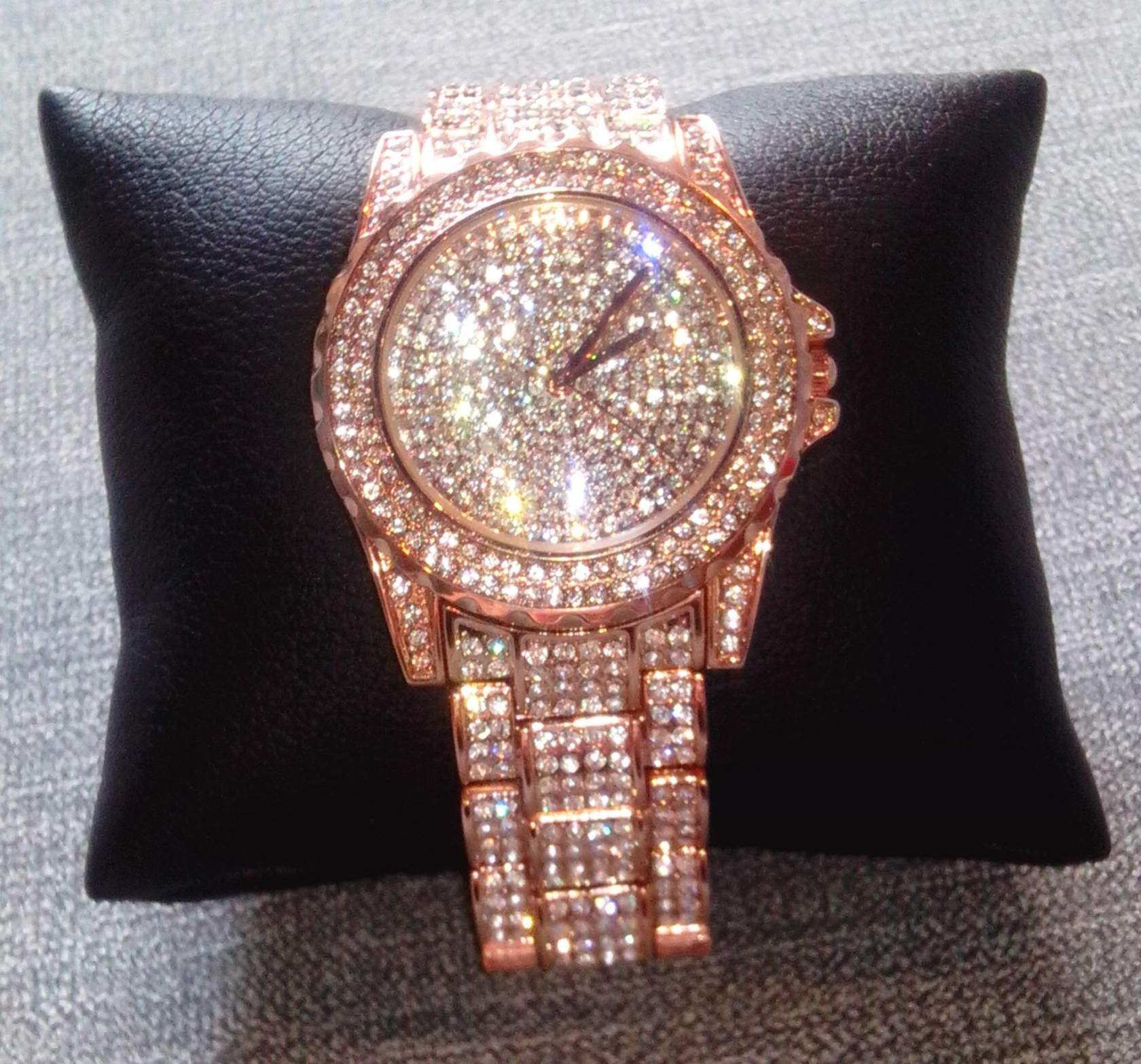 Наш интернет-магазин дает возможность приобрести женские часы сваровски, цена которых не слишком высока, – прямо сейчас.
