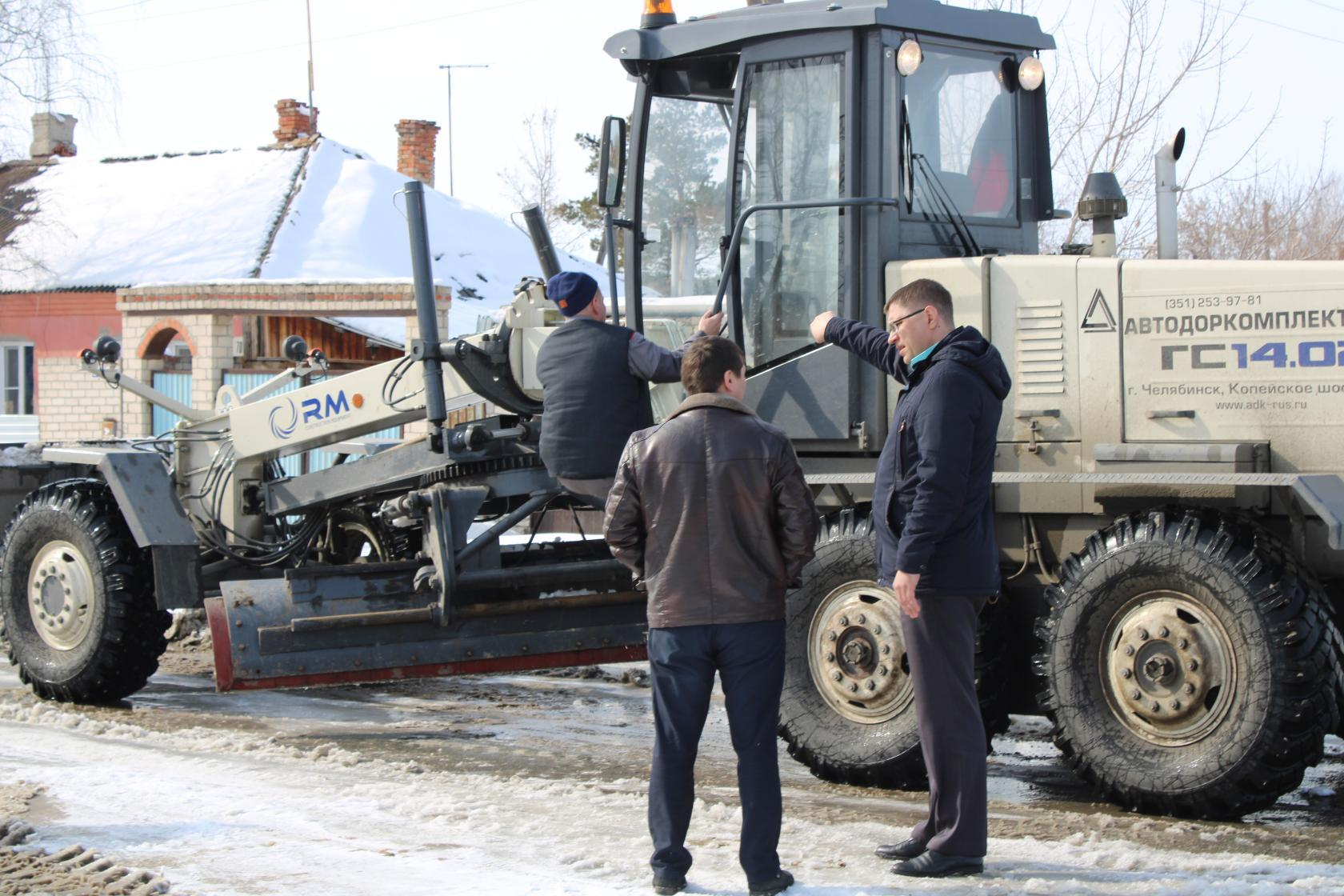 Николай Можаев и его заместитель Евгений Бойко обсуждают план работы грейдера