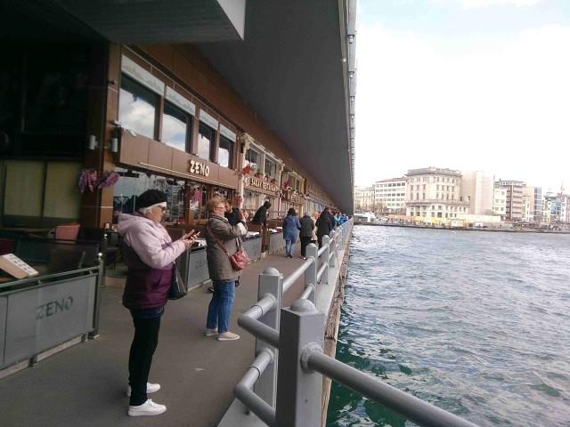 Галатский мост. Нижняя часть, прогулочно-ресторанная.