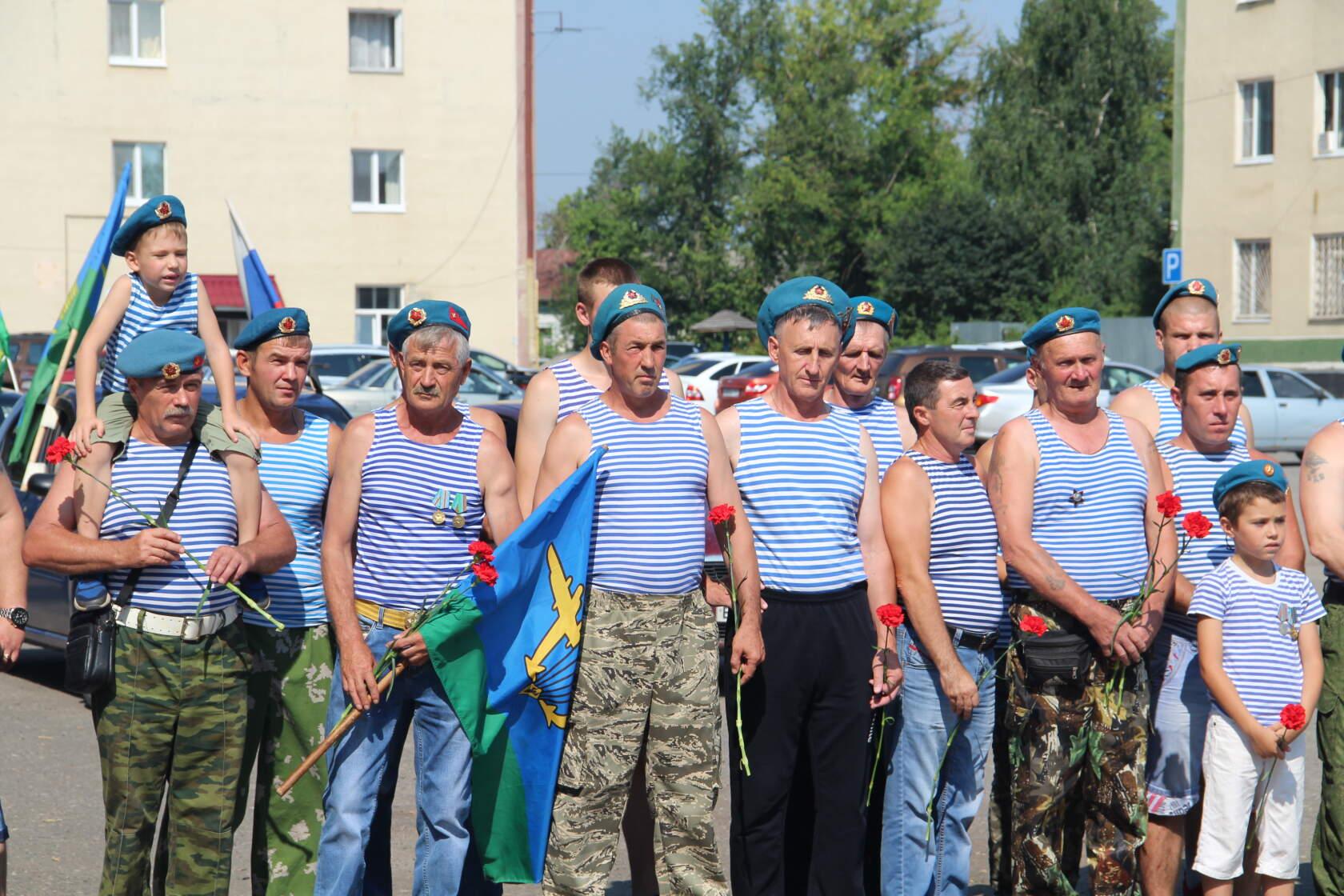Петровских десантников поздравили с праздником