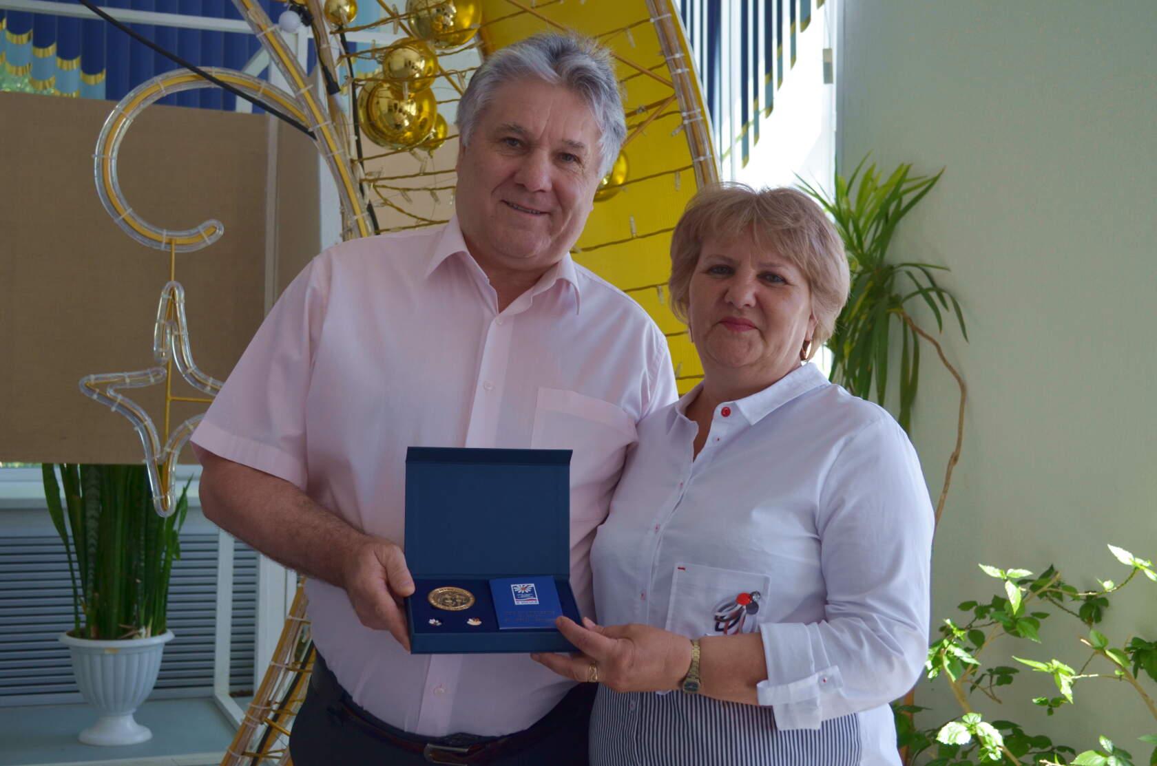 Семью Василия и Галины КАБАНЯЕВЫХ наградили медалью «За любовь и верность»