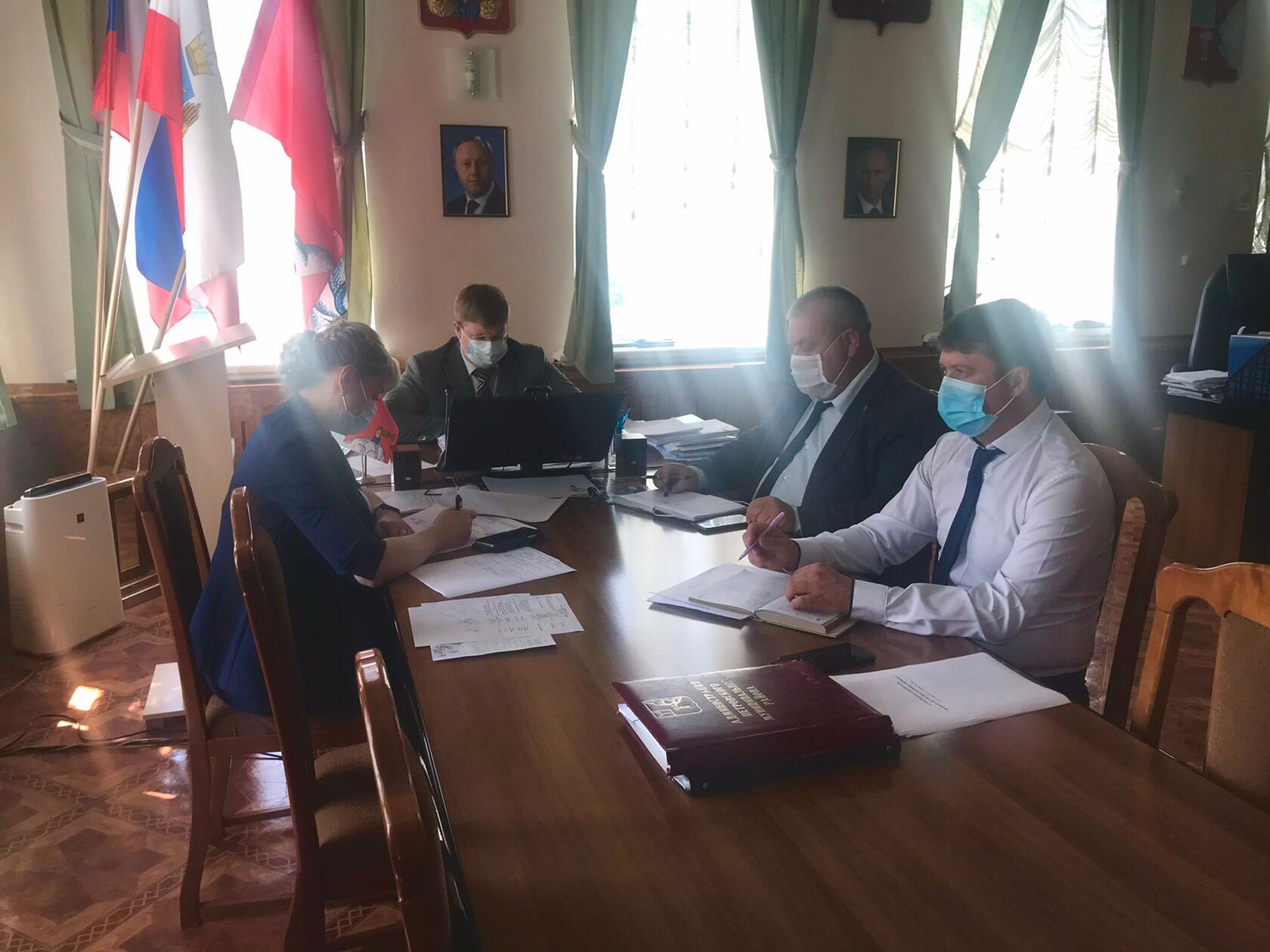 На усиление профилактических коронавирусных мер обратил особое внимание глава Петровского района во время аппаратного совещания