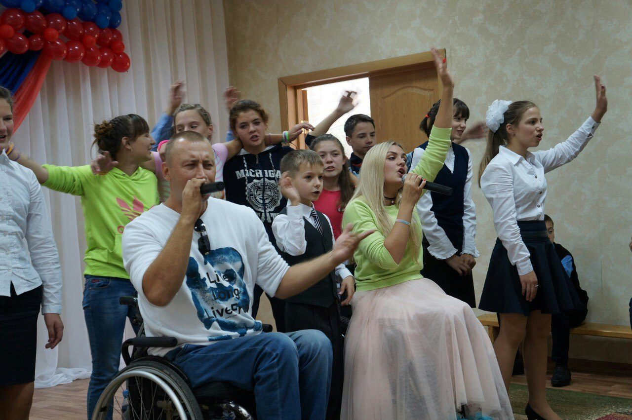 1 сентября Группа ДНК побывала в гостях в Дзержинской специальной (коррекционной) школе-интернате для детей-сирот, оставшихся без попечения родителей, и детей с ограниченными возможностями здоровья