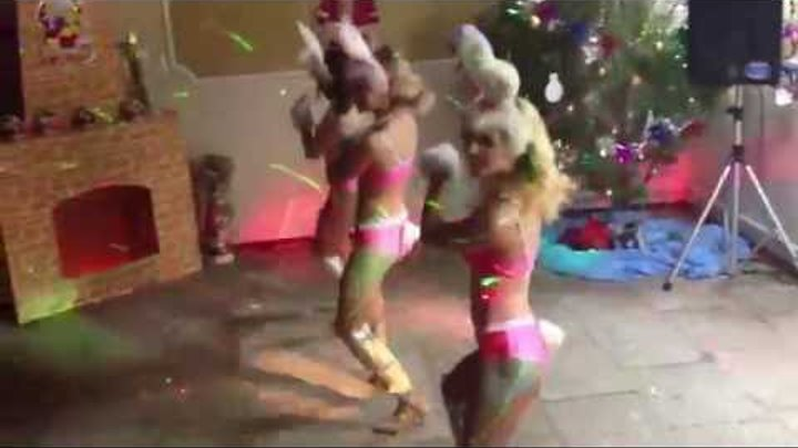 Девушка в бару танцует стриптиз клуб москвы инстаграм